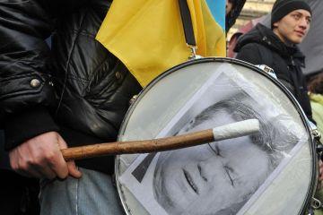 Manifestante bate em tambor com fotografia do presidente ucraniano Viktor Ianukovich. (Foto: AFP/Getty Images)